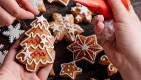 Biscotti a forma di albero di Natale preparati a mano