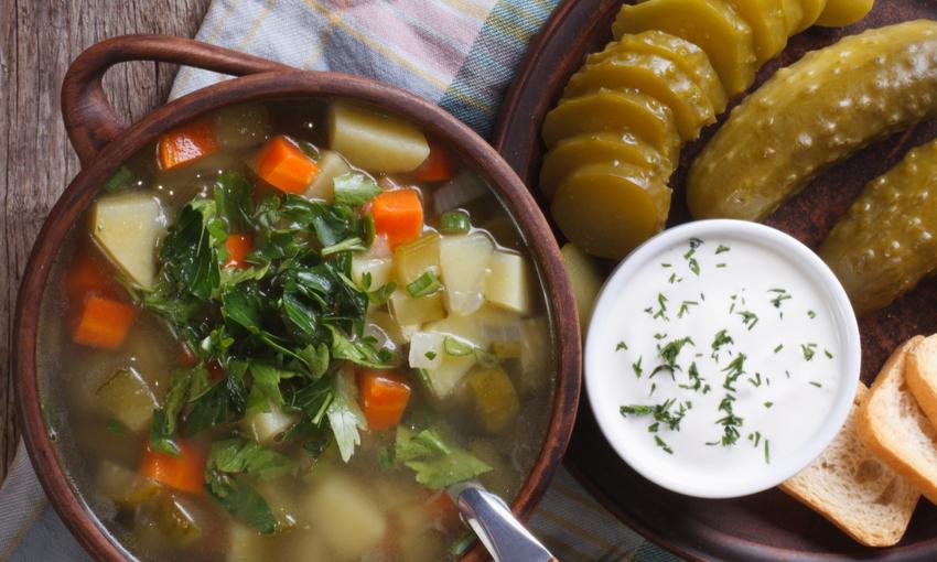 zuppa di patate e cetrioli sott'aceto