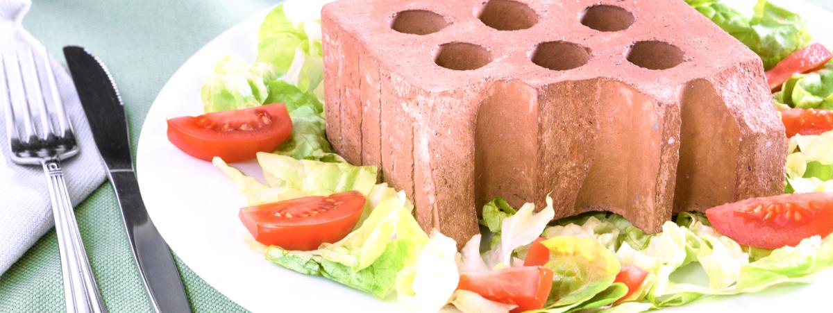 piatto di insalata con dentro un mattone