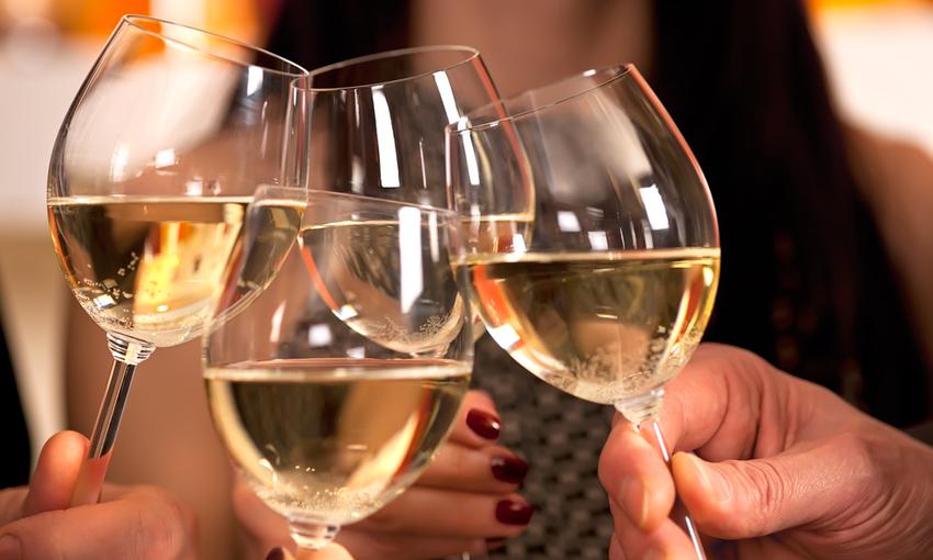 vino bianco calici