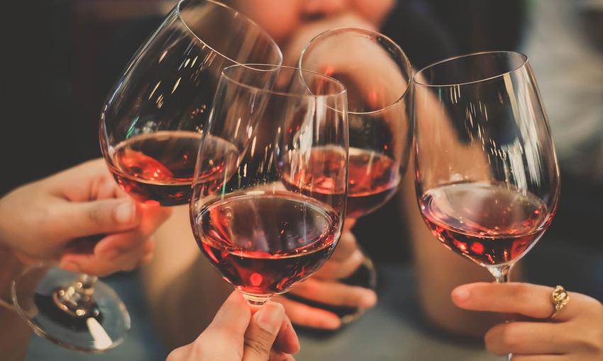 vino rosso calici