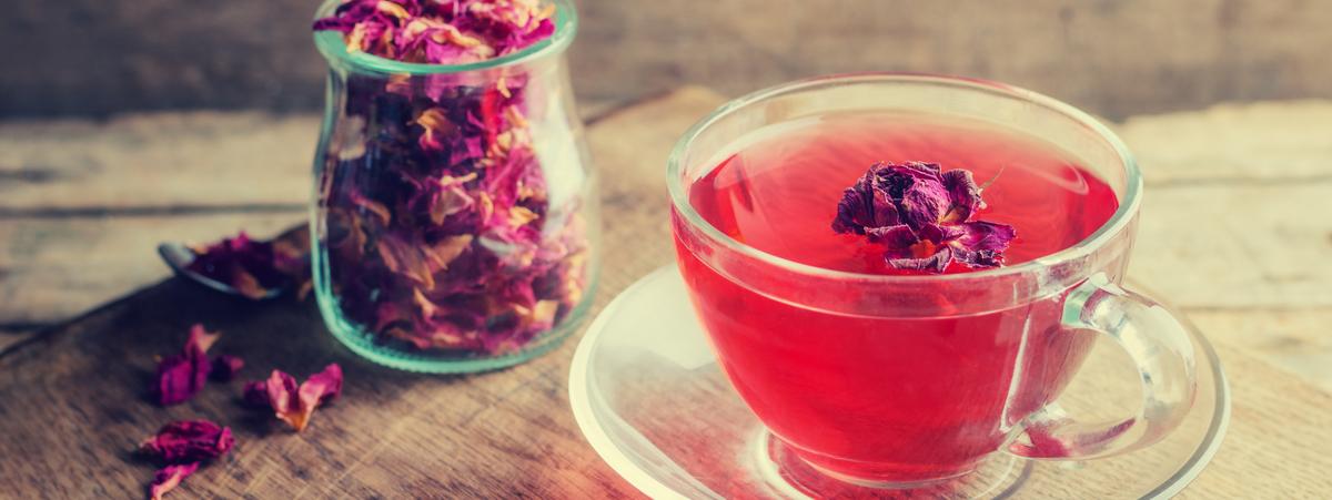 Acqua di rose: come prepararla in casa e come usarla in cucina