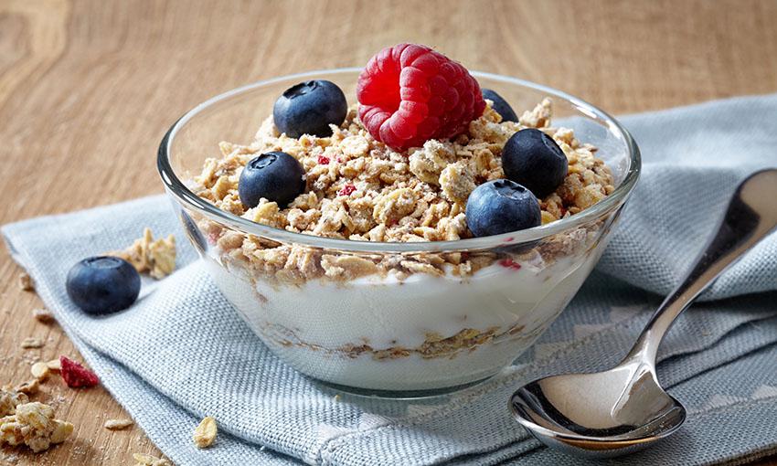 muesli yogurt frutta