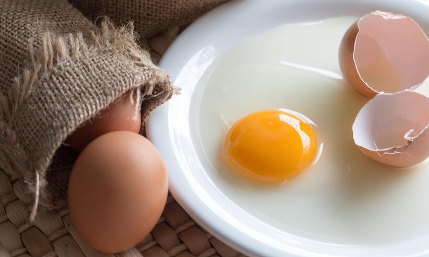 come mangiare uova crude