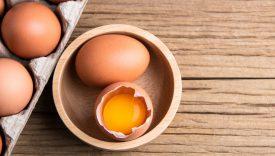 mangiare uova crude