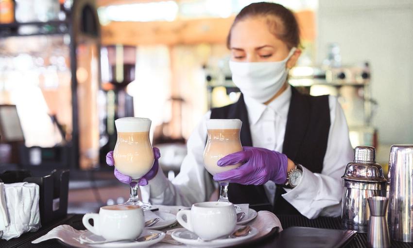 Cameriera con mascherina e guanti