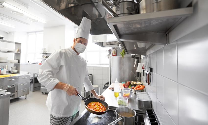 Chef con mascherina in cucina
