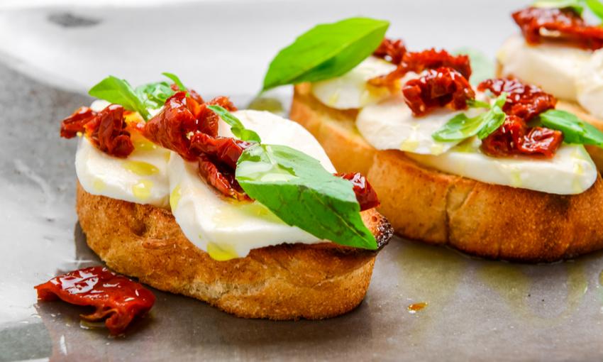 Bruschetta fiordilatte e pomodori secchi
