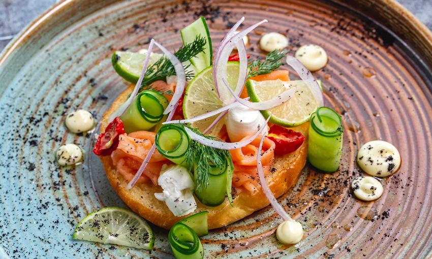 Bruschetta con salmone e zucchine