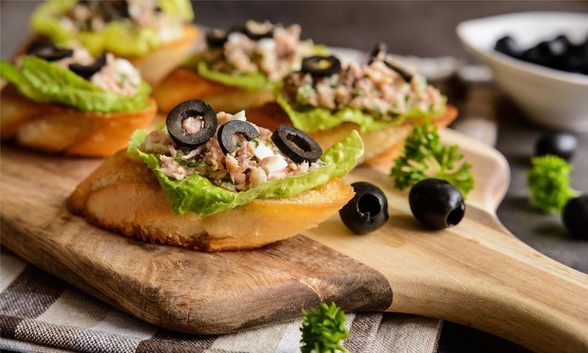 Bruschetta tonno, insalata e olive