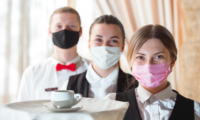Camerieri con mascherine