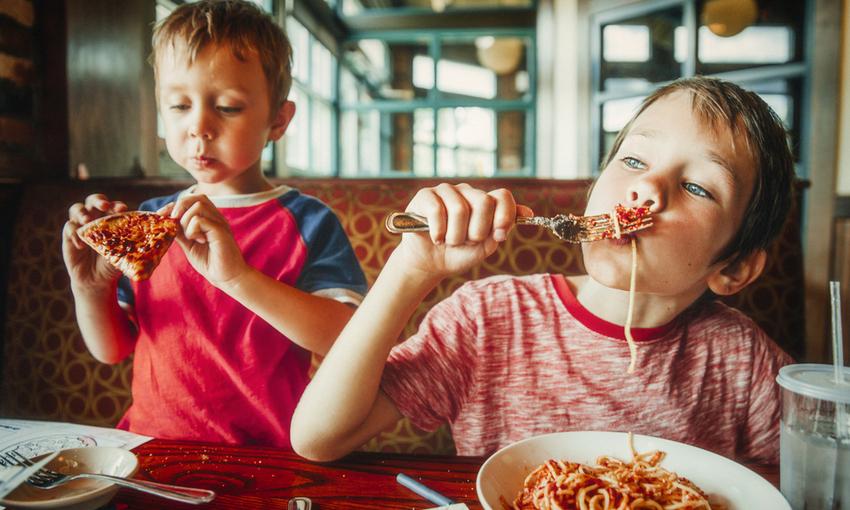 Bambini che mangiano male