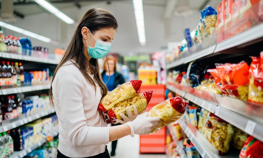 Donna mascherina supermercato