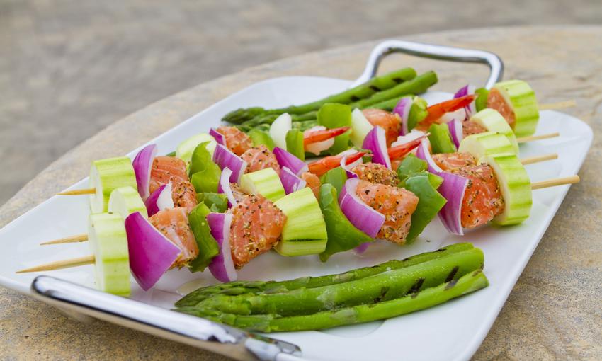 spiedini salmone verdure
