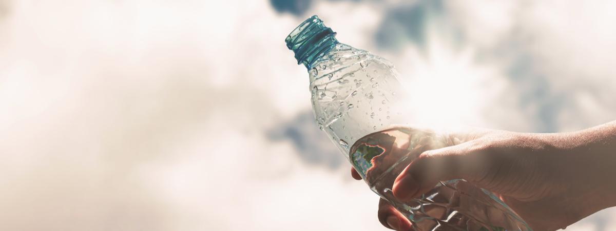 Acqua in bottiglie di plastica al sole