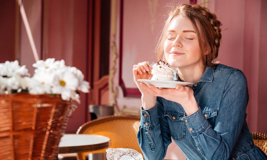 Donna che mangia un dolce