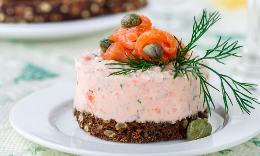 Tartine con mousse di salmone