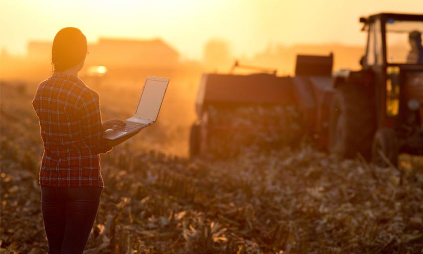 giovane agricoltore tecnologia