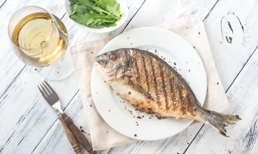vino bianco e pesce alla griglia